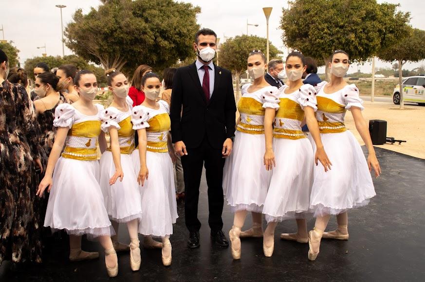 El alcalde, con uno de los grupos de danza que han actuado.