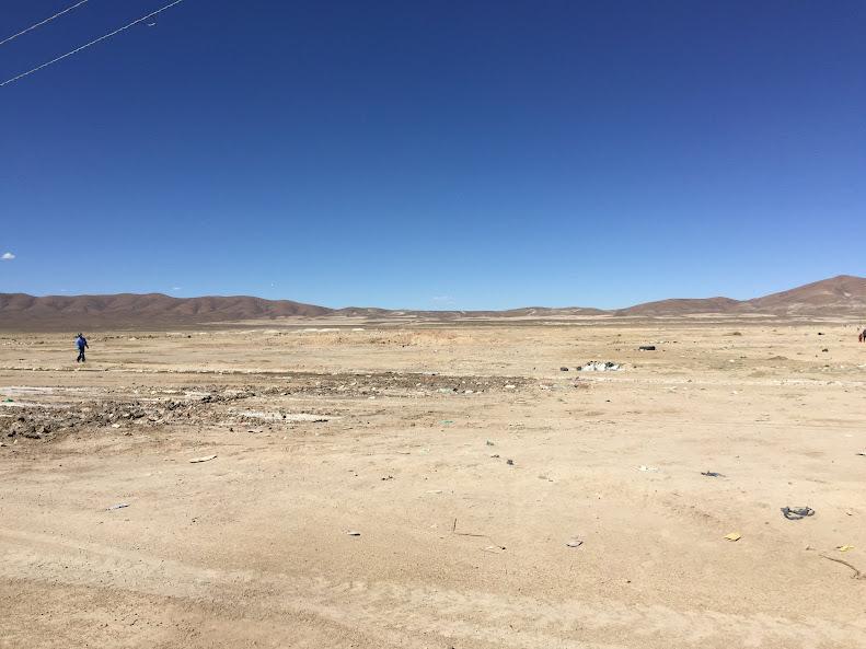 ウユニの中心から歩いて街を抜けるとそこにはアンデス山脈が広がっている