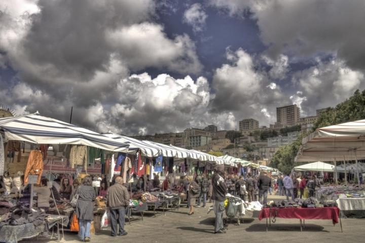 Poca gente al mercato, oggi. di Petruzzo