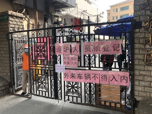 Abgeriegelter Apartementkomplex in Shanghai im März. Auf dem Zaun werden heimkehrende Menschen zur Registrierung gebeten.
