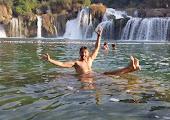 Купание на фоне водопада