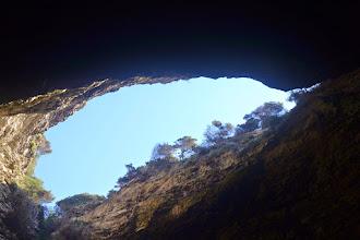 Photo: skalný otvor jaskyňe Grotte Marine du Sdragonato do ktorej útrob sa ide priamo z mora