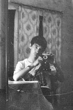 Photo: Пришёл вчера китайский сканер для фотоплёнок. Начал понемногу разгребать древние фотоархивы. По хорошему, надо бы плёнки отмыть и высушить потом в беспылевом помещении, но, скорее всего, так всё с грязным сканированием и будет. Серьёзно заниматься времени нет.  Вот, пример — снимал селфи ещё когда этого не было мейнстримом :) 1990-й год, лето, кажется.