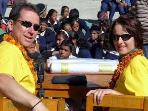 Photo: Anette und Hakku mit Ihren Nepalkids