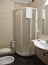 Photo: It.s4HR35-141009San Giovani Rotondo, hôtel Le Terrazze, chambre, salle d'eau, douche  IMG_5823