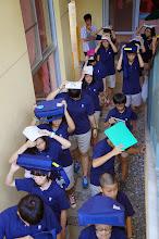 Photo: 防震演習:學生利用隨身物品保護頭部迅速到指定地點.
