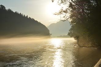 Photo: Nad rzeką unoszą się poranne mgły.