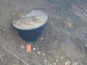 Photo: Hier wird das Regenwasser in den Tank kommen, das Loch dafür kommt morgen dran......Ende eines Tages mit viel Erdbewegung.