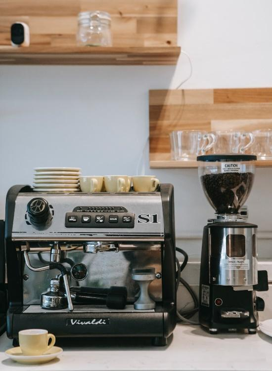 A coffee maker next to a coffee maker  Description automatically generated with medium confidence