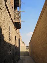 Photo: al final del callejón, a la derecha se encuentra la sinagoga de ben ezra y a la izquierda la iglesia de santa bárbara. ambas cerradas.