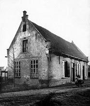 """Photo: 1946 oude schoolhuis bij de kerk aan de """"Tuintjes"""""""