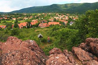 Photo: A feltárás a Nyugat-Mecsek területén fellelhető antiklinális D-i szárnyán helyezkedik el (a háttérben Cserkút és Kővágószőlős községek és a Jakab-hegy)