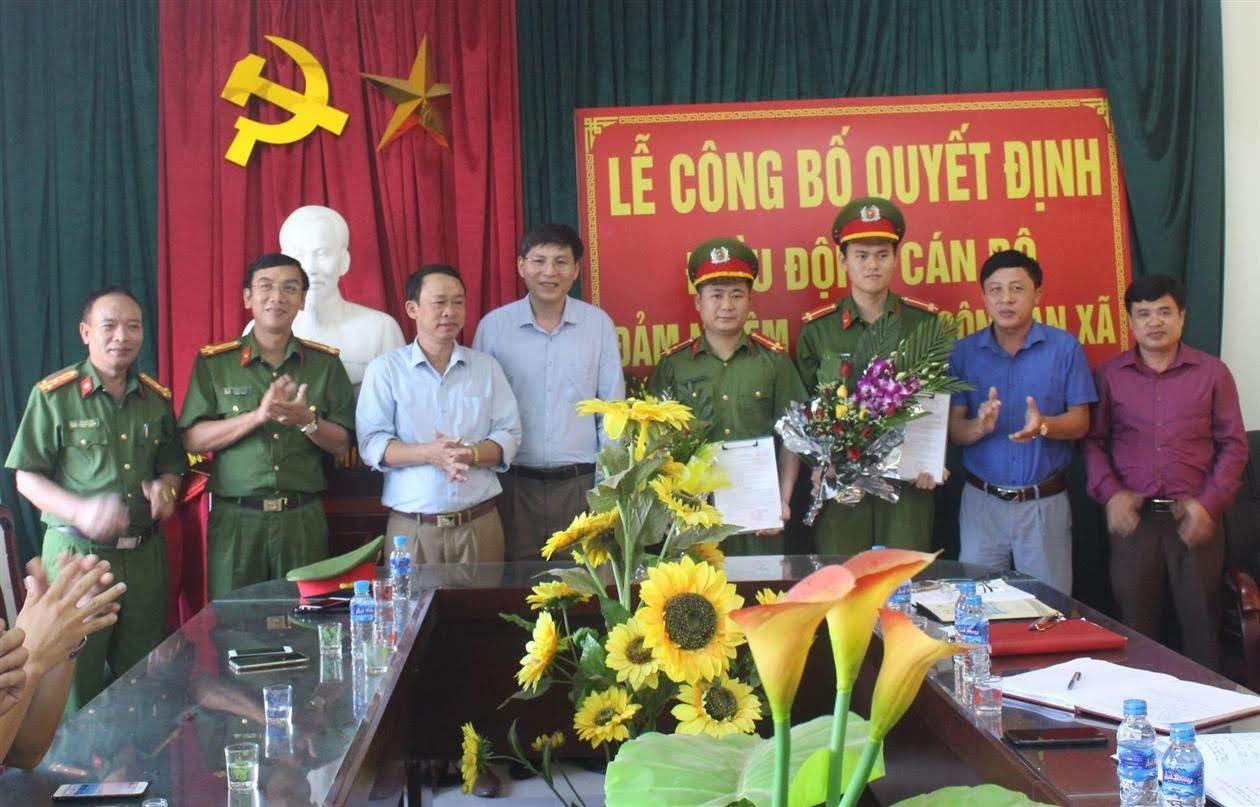 Lãnh đạo Công an huyện và lãnh đạo UBND xã Quỳnh Châu tặng hoa chúc mừng                              các đồng chí được điều động về đảm nhận chức danh Công an xã