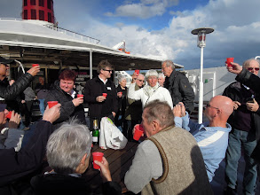 Photo: Henning giver fødselsdags champagne