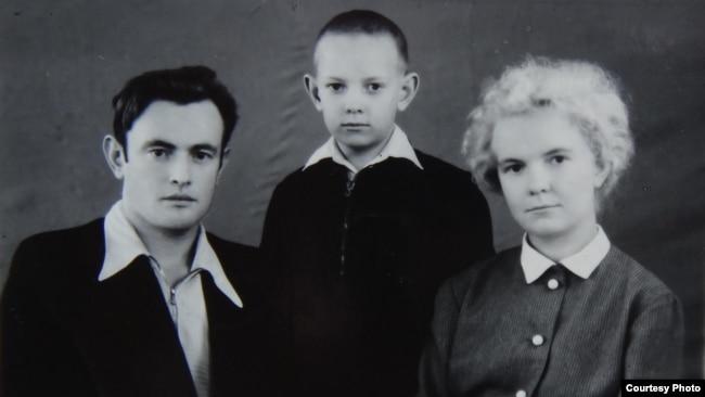 Юный Слава Курилов с родителями