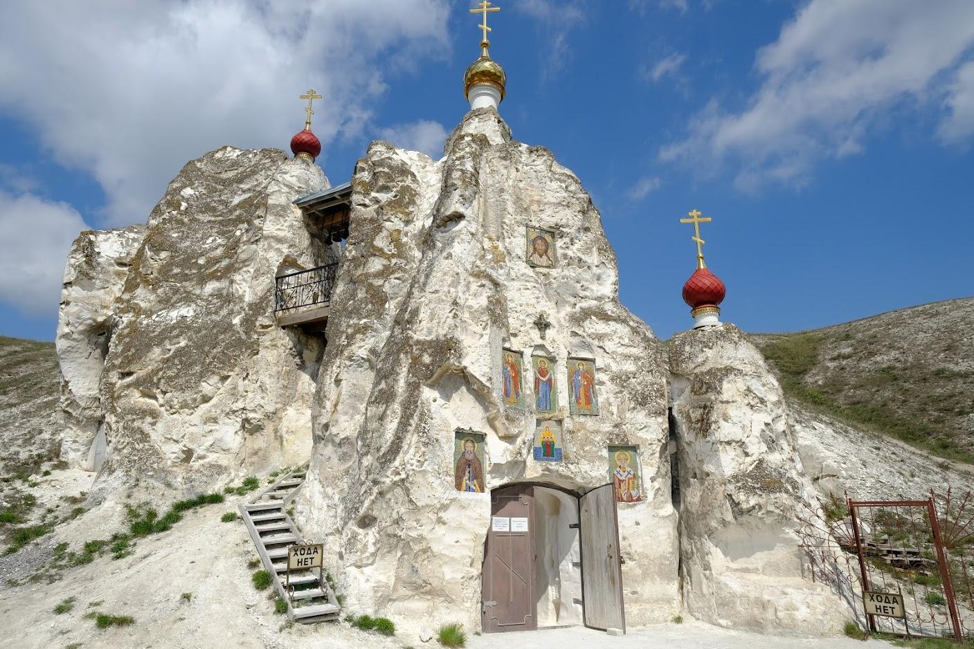 Главный алтарь храма освящен в честь Нерукотворного образа Спаса.