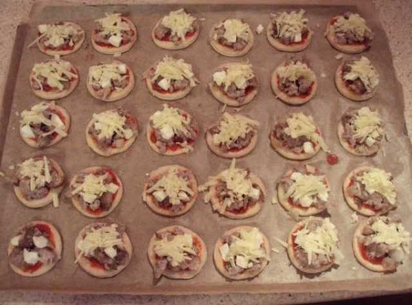 To make up the pizzas: Spread the passata or bolognese sauce over the top...