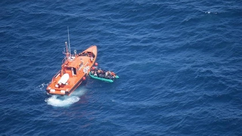 Imagen de archivo del rescate de una patera en el mar de Alborán.