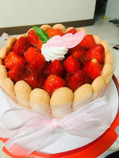 媽媽生日特地在亞尼克訂了蛋糕,不甜不膩,旁邊的手指餅乾竟然也是蛋糕的口感,裡層鮮奶油+草莓凍好吃! #草莓夏洛特  #靜岡抹茶