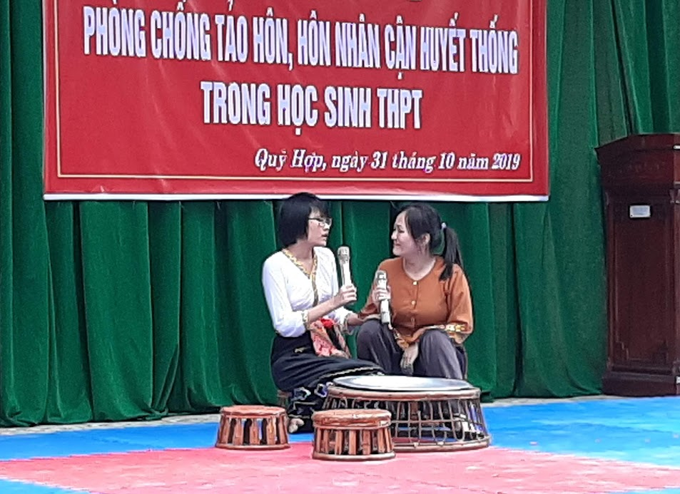 Các em học sinh Trường THPT Quỳ Hợp I thông qua sân khấu hóa để tuyên truyền phòng, chống tảo hôn và hôn nhân cận huyết thống