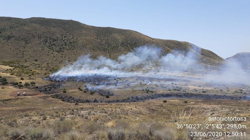 Imagen del fuego en Níjar publicado en Twitter por @Plan_INFOCA.