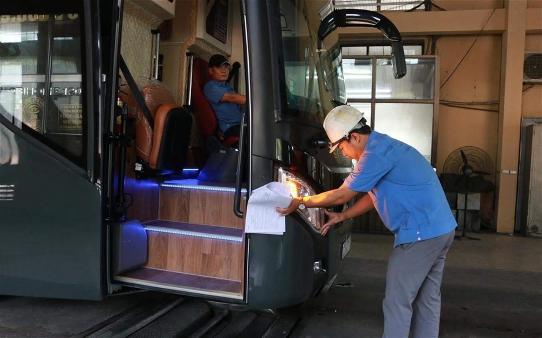 Cán bộ Trung tâm Đăng kiểm xe cơ giới Nghệ An  kiểm tra các điều kiện đảm bảo an toàn đối với xe khách