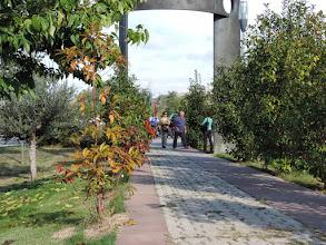 Photo: Acceso al Parque de la Memoria. Escultura de José Ramón Anda. Foto: María Irisarri / Parquedelamemoria.org CC-By-Nc-Sa