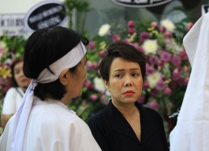 Việt Hương tranh thủ viếng thăm đàn anh vì có công việc riêng thế nhưng cô mất nhiều thời gian di chuyển ra xe vì khán giả xin chụp hình