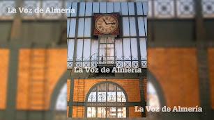 La esfera del reloj que da a la parte interior de la estación cuenta con dos tramos de escaleras y una cabina que utilizaba el relojero.