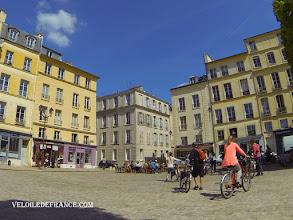 Photo: La place Saint-Louis à Versailles - e-guide balade à vélo dans Versailles et son parc par veloiledefrance.com
