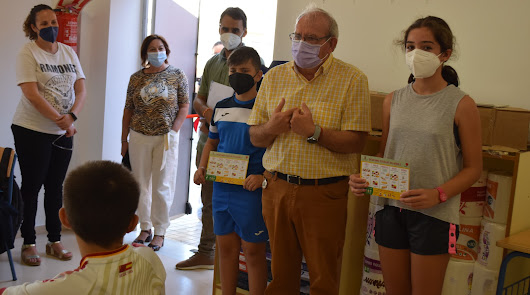 Antonio Bonilla, alcalde de Vícar, en una de su visita a los colegios.