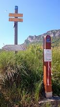 Photo: Tussen de bordjes door is de berg te zien waar we overheen kwamen