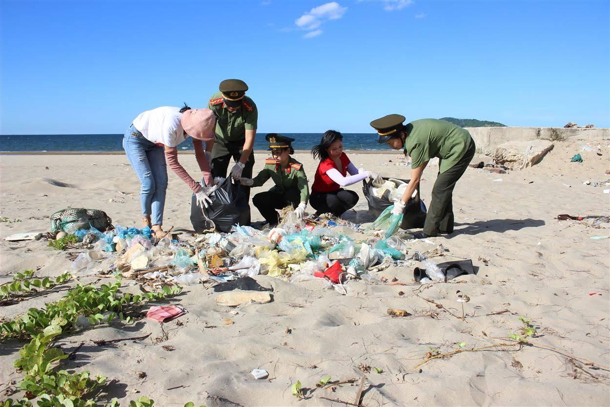 Đoàn viên thanh niên Chi đoàn Báo Công an Nghệ An                triển khai Chương trình Chung tay làm sạch môi trường biển