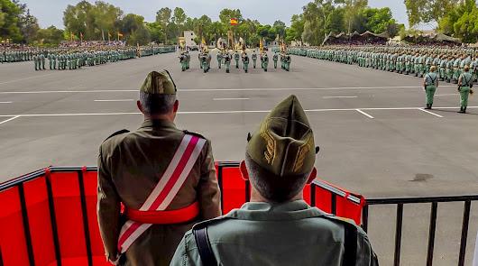 El general Varela y el general Llago siguen el acto en el patio de armas de la base (FUTER)