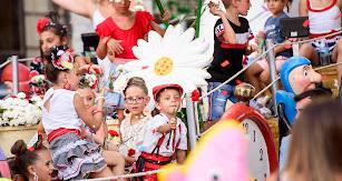 Los más pequeños tiraron 20.000 claveles rojos y blancos durante todo el recorrido de la Batalla de Flores.