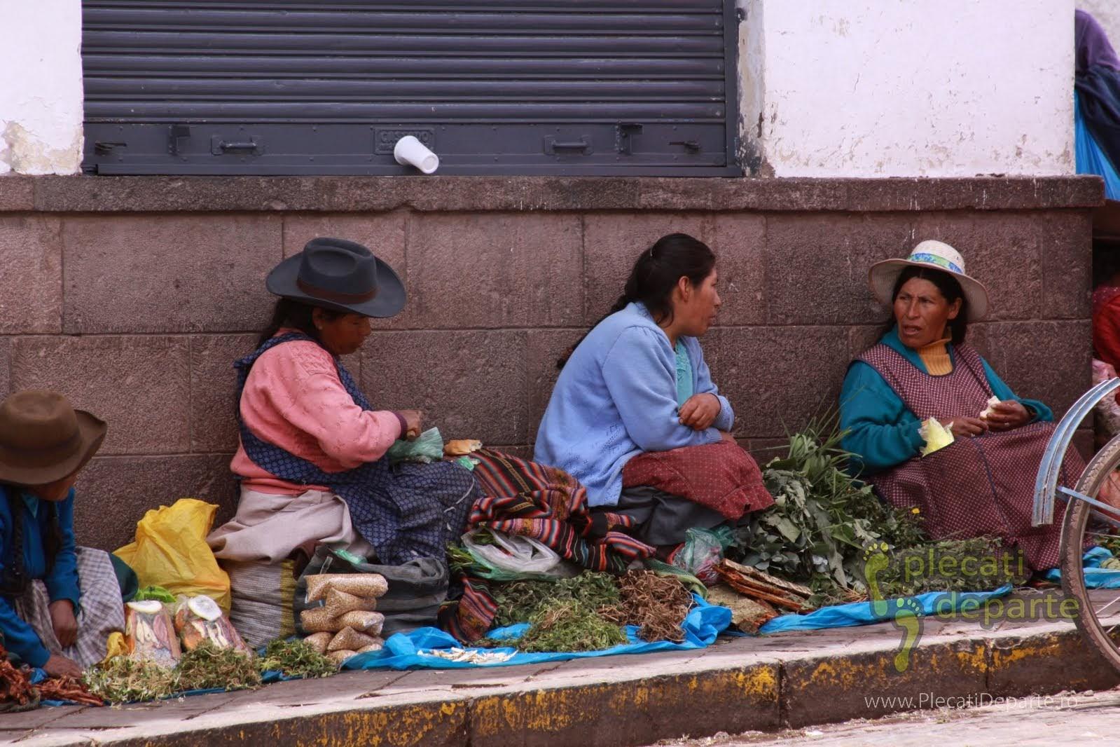 vanzatoare de legume si verdeturi in piata traditionala Mercado San Pedro, Cusco, Peru