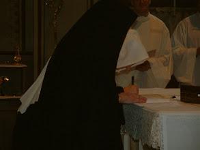 Photo: La firma della Cedola di professione, che viene lasciata sull'altare. La sua offerta unita a quella di Cristo, per la vita del mondo!