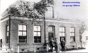Photo: In 1886 onderwijzerswoning gesticht met nieuwe school. V.l.n.r. Herman Oosterhoff, Geertruida Balkema, Jan Oosterhoff, onderwijzer.