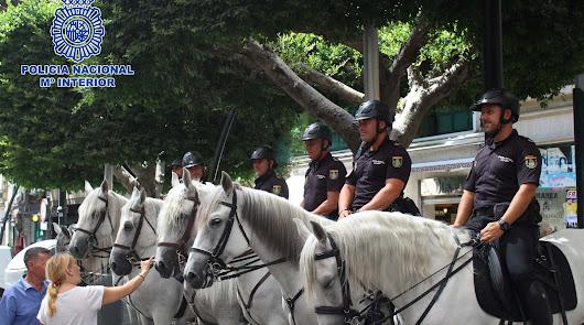 Agentes a caballo en la feria del mediodía.