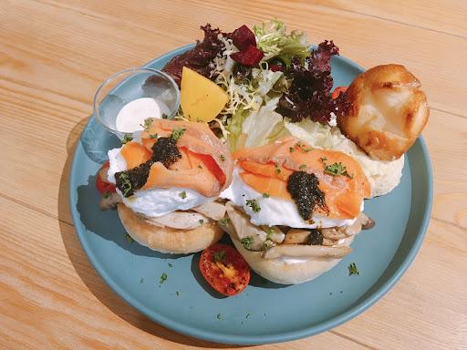 早午餐附紅茶。松露蛋鮭魚好吃😋