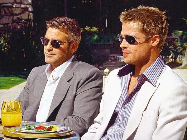 "Soldan George Clooney ve Brad Pitt, ""Ocean's Eleven"" daki sahnede."