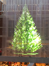 photo a holographic christmas tree in the lobby of rijksmuseum