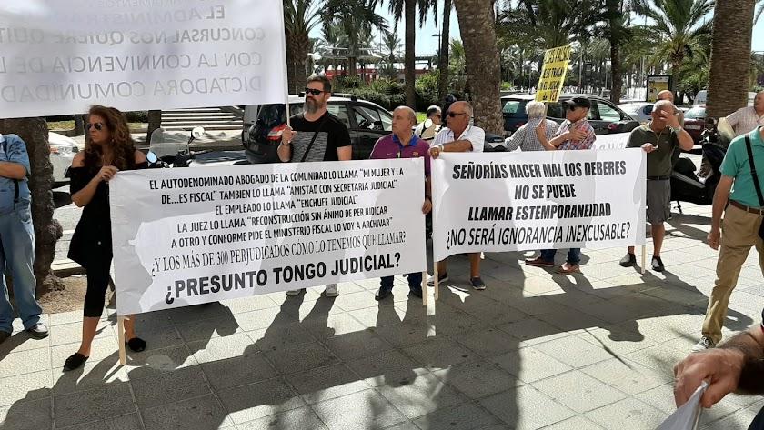 Protestas ante la Audiencia Provincial de Almería.