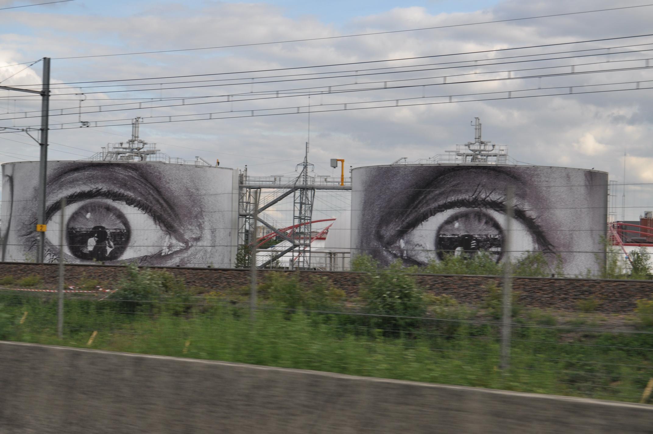 Photo: Les grans yeux de Valenton qui vous guettent sur l'autoroute