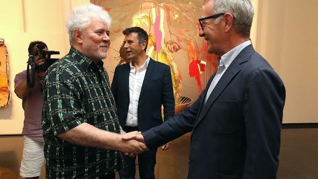 Pedro Almodóvar saluda al exministro de Cultura José Guirao durante la presetanción de su exposición en el CAF, en junio del pasado año.