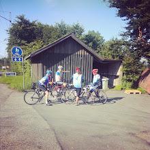 Photo: Klar til afgang mod Silkeborg - racergruppen klar ved broen og venter på de sidste.