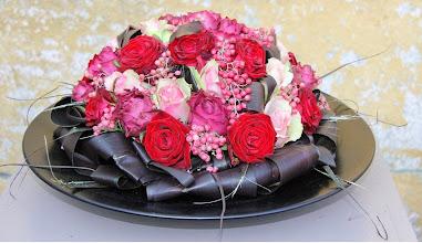 Photo: Moederdagstuk in rood-roze tinten met cordyline