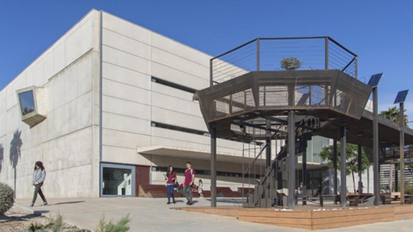 Aulario IV en el campus de la Universidad de Almería.
