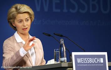 Ursula von der Leyen_Weissbuch.jpg