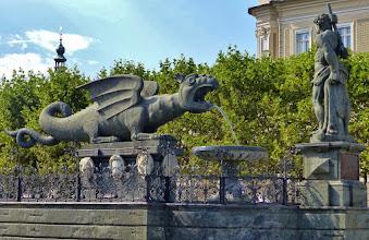 Photo: Klagenfurt: Lindwurmbrunnen, das Wahrzeichen der Stadt aus dem Jahre 1593. Gefertigt wurde er aus einem einzigen Chloritschiefer-Block. Rechts der 1636 hinzugefügte Herkules.